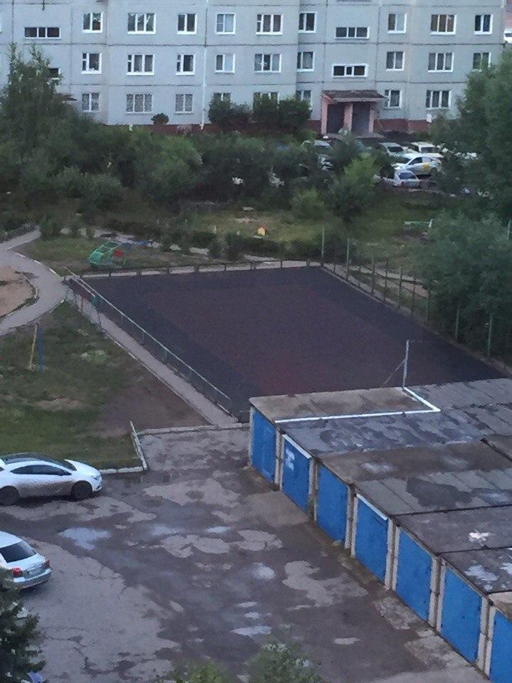 Фото: жительница Омска из-за агрессивной молодежи наняла рабочих, чтобы разрушить спортплощадку во дворе