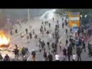Cañones de agua contra cientos manifestantes que colocan barricadas. La lucha sigue #Hamburgo #NoG20 v/@LizziePhelan