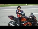 Милая девушка буксует на крутом мотоцикле!
