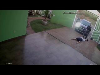 Homem é atropelado pelo próprio carro ao ser rendido com a família por assaltantes