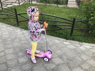 София учится кататься на самокате