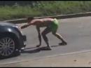 Драчка пилота с обжабанным нарком, прыгавшим на машины. Real video