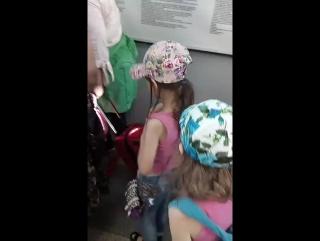 провожаю дочек в аэропорту