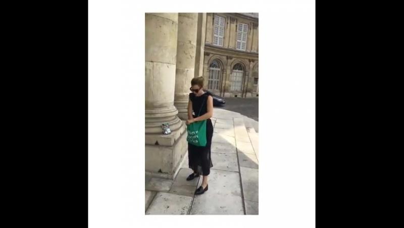 Эмма Уотсон оставляет бесплатные копии книги Рассказ служанки в Париже - 21.06.17