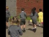 Реакция одноклассников на семилетнюю девочку, пришедшую в школу с новым протезом на ноге.