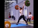 20-летняя китайская тяжелоатлетка толкает 105 кг