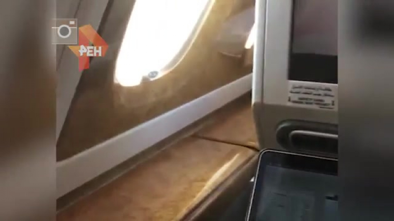 Стюардесса переливает недопитое шампанское
