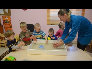 Знакомство детей с песочком перед занятием по сказкотерапии