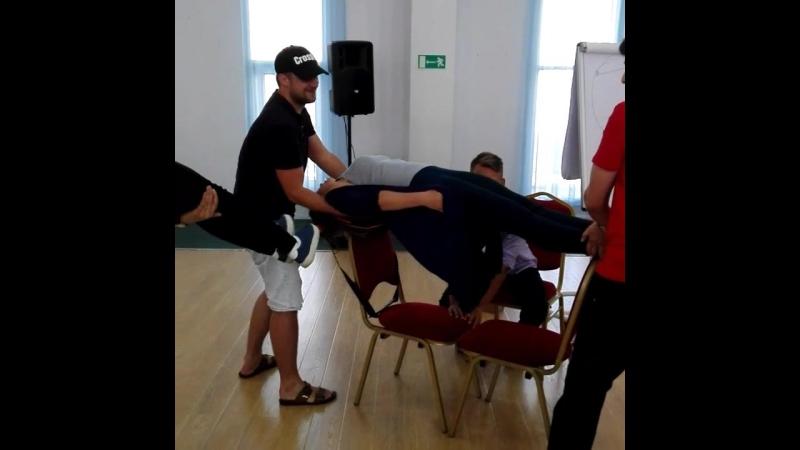 сила подсознания держит человека на двух стульях