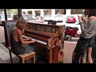 бездомный сел за пианино иначал играть