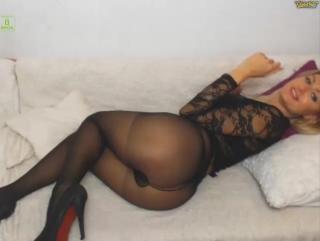 Горячая девушка с шикарной попой и сиськами в юбке и колготках на вебку