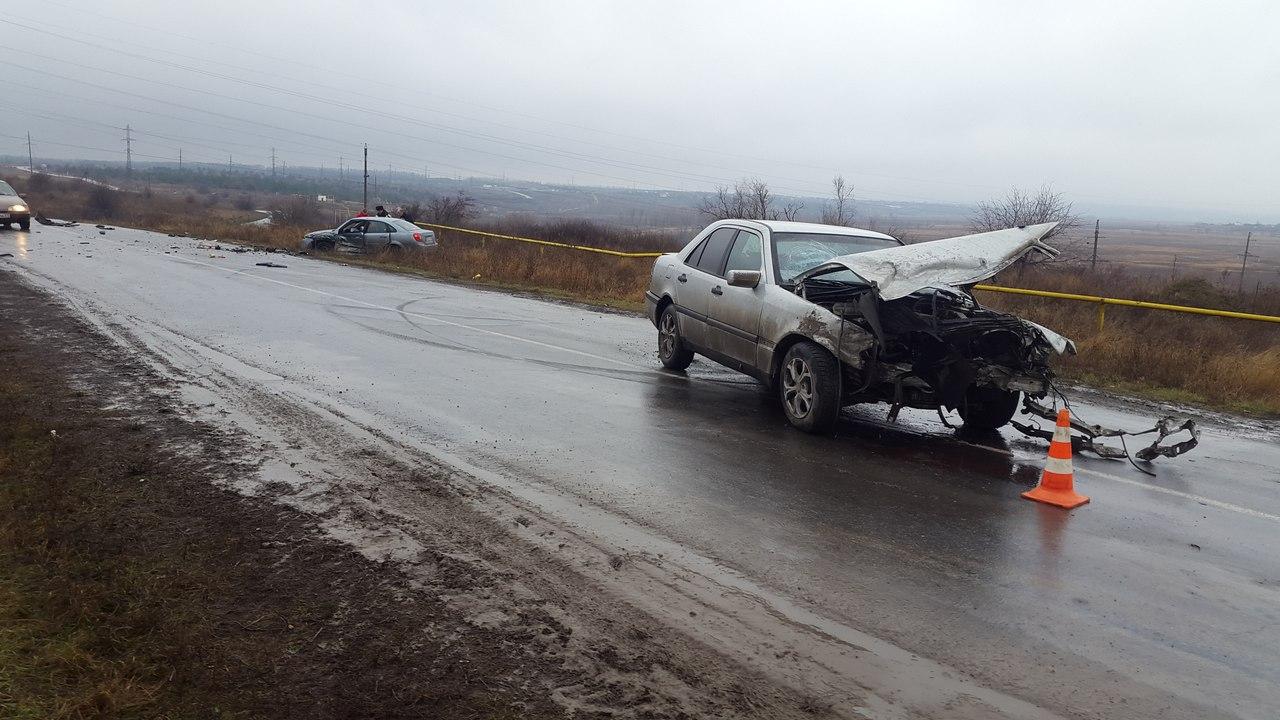 Под Таганрогом в результате столкновения Mercedes-Benz C 220 и Daewoo Gentra пострадали два человека