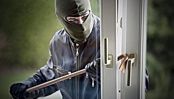 В Таганроге сотрудники угрозыска задержали вора, который взломал окно и украл компьютерную технику