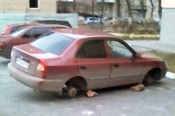 В Таганроге на Русском поле «разули» очередную легковушку