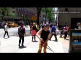 «Нас достали селфи-палки у туристов в Нью-Йорке, поэтому мы сделали это»: эксцентричный американский видеоблогер побегал по горо