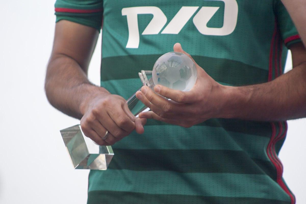 Награда Самедову - лучшему игроку сезона 2015-16. Фото: Дмитрий Бурдонов / loko.news