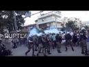 Греция Полицейские демонстранты бросающие камни требуют выселения Ромы