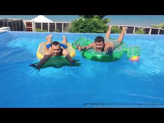 Приехали наши друзья) @vladimir_khohlov @oduvankova 🌴🇬🇷🌴🇬🇷 Кто любит плавать на матрасах, а кто под водой?⬇️🌏👌🏼 греция отдых вода море солнце видео