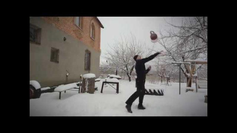 тренировка на улице зимой, гиревой спорт, Kettlebell julling, winter, snow , with weights trick -