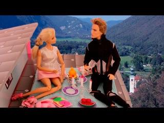 Кен приготовил подарки на 8 марта для Барби и Маши. Мама Барби, Маша и медведь