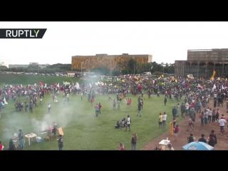 Беспорядки у парламента Бразилии на протесте против заморозки госрасходов на 20 лет