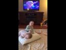 Diqqat bilan bolalarga va televizorga qarang