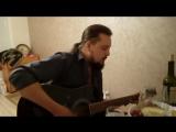 Михаил Миряшев играет на гитаре в домашнем