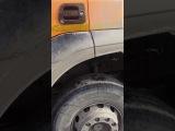 Водитель грузовика высыпал песок на дорогу, не желая платить штраф за перегруз