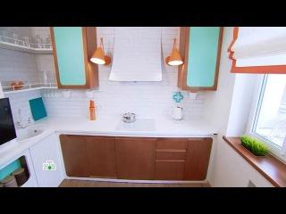 Светлая кухня с сочными акцентами и скрытой цветной подсветкой