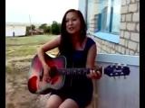 девушка поет и играет на гитаре.mp4.3gp