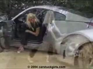Девушки за рулём и в грязи.