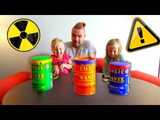 Экстремальный ЧЕЛЛЕНДЖ - Алиса и ТОКСИЧНЫЕ конфеты Toxic Waste ! Challenge Alisa candies Toxic Waste