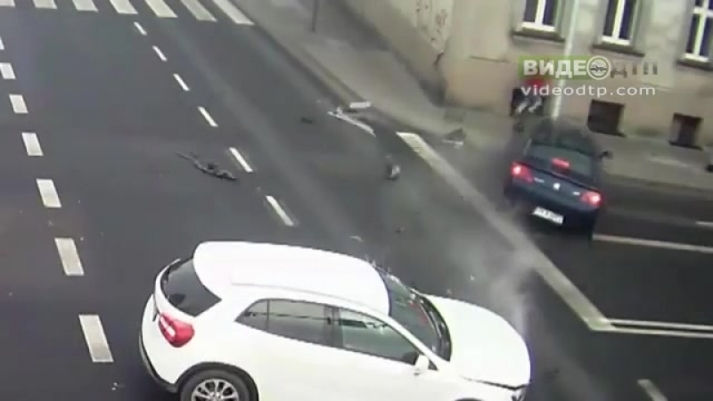 Raw: Lucky Woman Barely Escapes Car Collision | ДТП авария