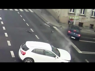 Raw: Lucky Woman Barely Escapes Car Collision   ДТП авария