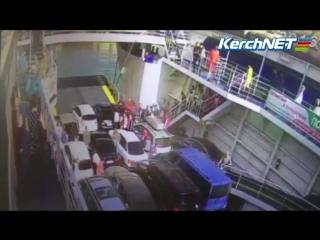 В Керчи с парома в море упала машина