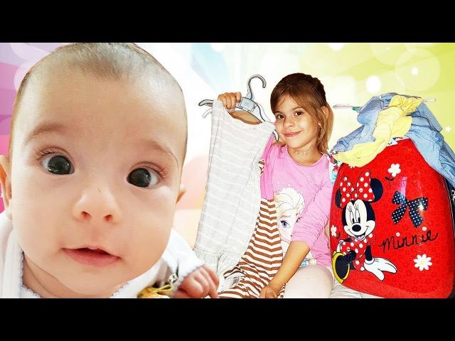Elis yeni doğan kardeşiyle tatil için bavul hazırlıyor. Çocuk videosu. Eğlenceli çocuk videoları