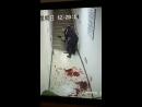 Полицейский убил ножом человека, крови море пипец