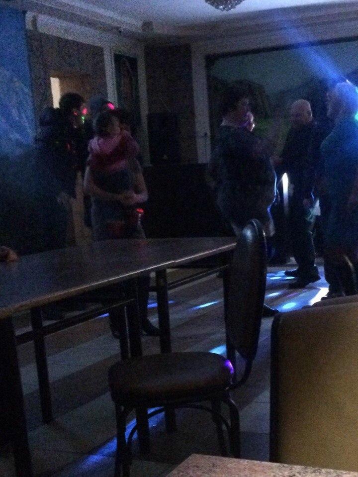 Фото: Пьяная жительница Южноуральска в ночном клубе с полуторогодовалой дочкой