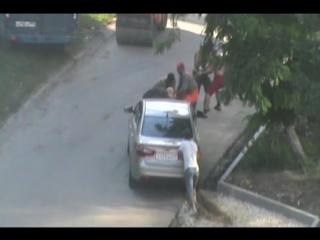 Мужики узбеки таджики тянут машину за трос