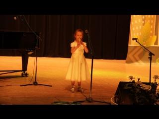 Василиса играет на флейте.