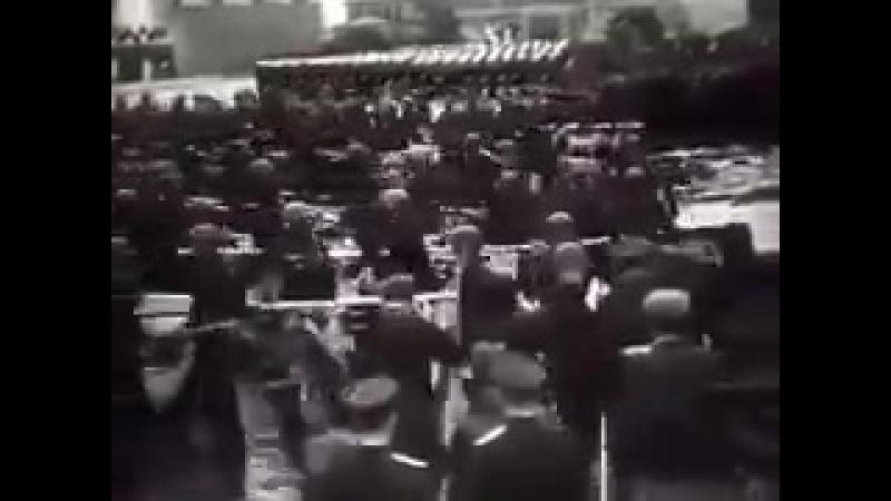 24 июня 1945 на Красной площади прошел Парад Победы. К подножию Мавзолея было брошено 200 фашистских знамен