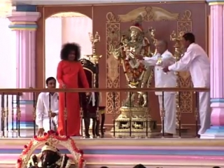 видео Sri Sathya Sai Baba. A Delightful Video to Start our Day with Bliss, Aarti Being Performed to Our ' Lord Bhagwan Sri Sathy