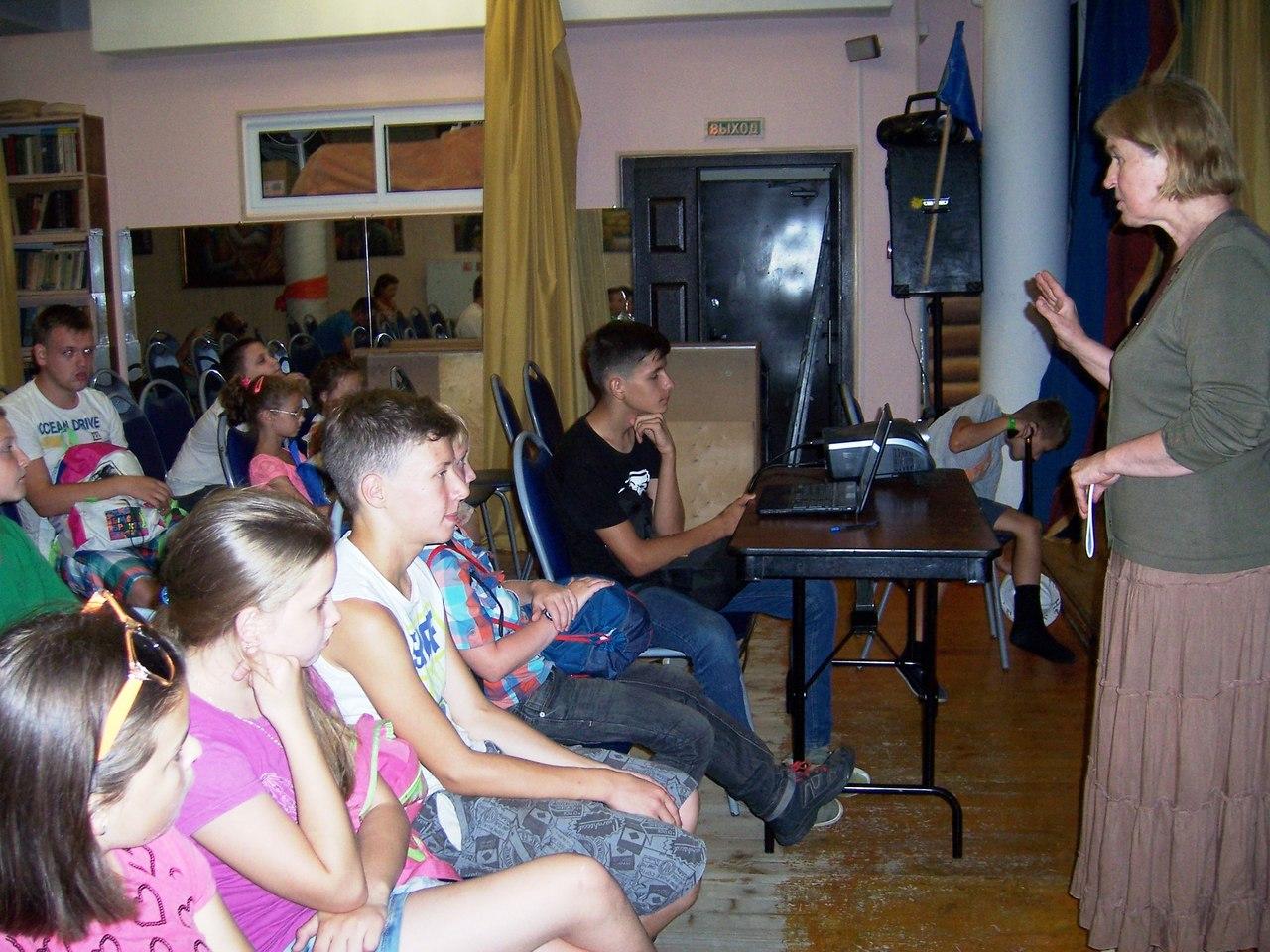 Надежда Алексеевна Лубенко рассказывает о Дне российского флага детям