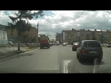 Омск.Белая газель,видимо отказ тормозов!Знак снёс, но на видео не видно из поля зрения камеры ушло )