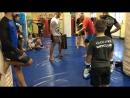 Trener pobudarke V klube Arrachion MMA v Polshe obyasniaet