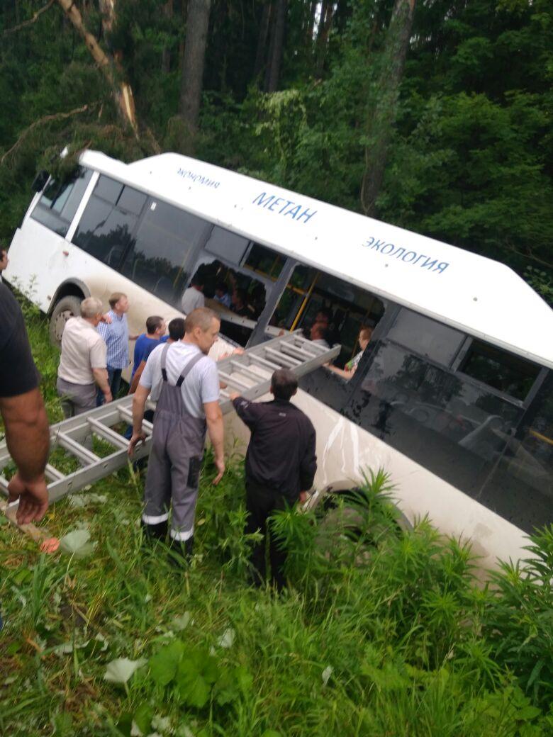 В Перми пассажирский автобус вылетел в кювет: есть пострадавшие
