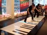 Как надо играть на фут пиано