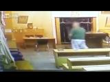 Мужчина мочится на священные книги в синагоге больницы