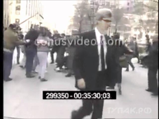 1994 Тупак в инвалидном кресле.С простреленной головой насквозь, выжил после перестрелки.Был застрелен через два года в 96