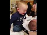 Мальчик и маленький братик.